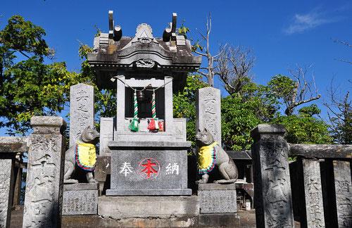 妙法ヶ岳山頂にある「三峰奥宮」(オオカミいっぱいいます)