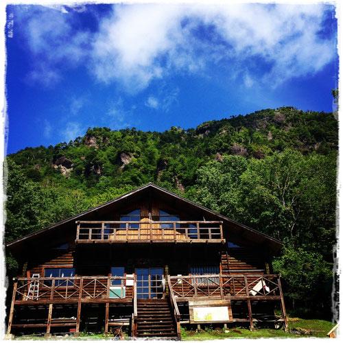 庚申山荘と山々