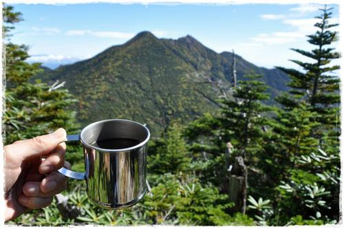 女峰山と帝釈山を眺めながらコーヒータイム