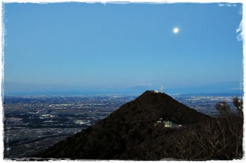 月と筑波山(男体山)
