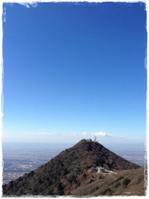 女体山から眺める男体山と青空
