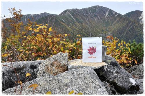 木曽駒ヶ岳をバックに「紅葉ブレンド」@茶臼山