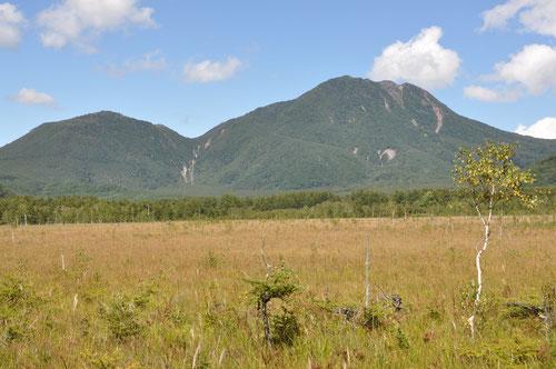 戦場ヶ原からの山王帽子山(左)と太郎山(右)