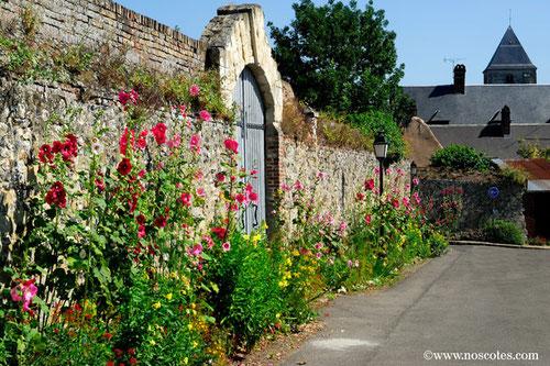 Rues fleuries ànST-Valery-sur-somme et prormeneurs sur le quai Belu