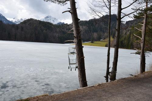 Der erste Blick auf den See, zeigt bereits im Übertragenen ironisch, dass es hier immer um Besitz ging.