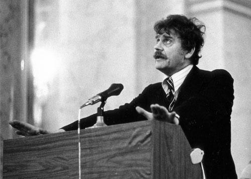 H. C. Artmann bei der Dankrede für den Staatspreis 1974, Wiener Hofburg