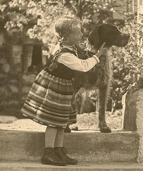 Uta Tews, meine Mutter, im Alter von 4 Jahren mit dem Deutsch Drahthaar meines Urgroßvaters, der Hinweis, dass es eine lange Hundetradition bei uns gibt.