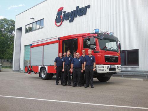Gruppenbild bei der Fahrzeugabholung bei der Firma Ziegler in Gingen an der Brenz