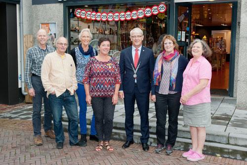 De jubilarissen met de burgemeester voor de winkel in de Zijdstraat 15. Van links naar rechts: Herman Beijerbergen, Frank van Itterzon, Els Bader, Karin de Veij, burgemeester Jeroen Nobel, Leny Spaargaren en Jiska Verdonk.