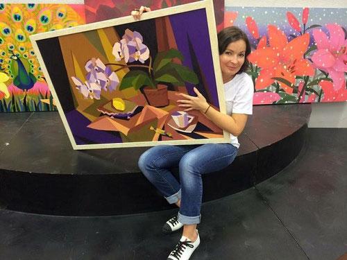 Художник Мария Богачева (Циркина) на монтаже выставки декоративной живописи МГТА им. Косыгина