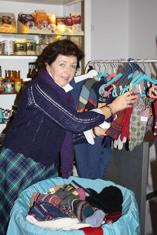 Die Vermittlerin für die Spendenaktion 2018 war unser Vorstandmitglied und Einkäuferin Gaby Kammergruber: Hier mit den Strickwaren von Wipalla e.V. in Bolivien