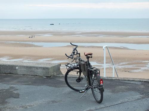 """Fahrrad 93 vor den Überresten des künstlichen Mulberry-Hafen """"A"""" Vierville-sur-Mer (Omaha Beach) 2013 (C) RSchramm"""