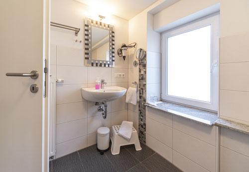 """Badezimmer mit Badewanne in der """"Haferkammer"""""""