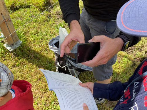 Im Wanderbüchlein den QR-Code mit dem Smartphone scannen und schon kanns losgehen....