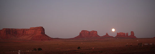 Vollmond im Monument Valley