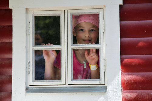 Lina schaut aus dem Bullerbü Haus