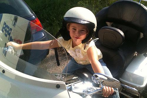 Lina ist schon bereit für die Harley!