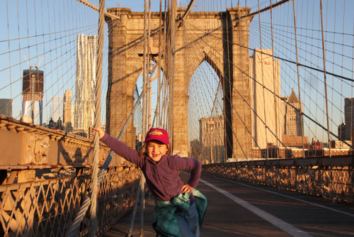 Lina auf der Brooklyn Bridge