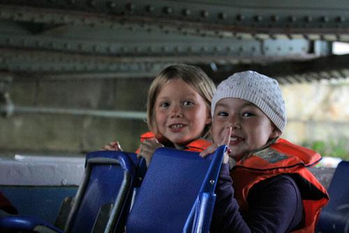 Die zwei Mädels haben sichtlich Spaß am Bootfahren...