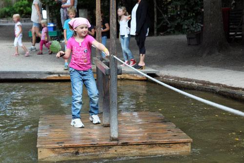 Sich mit dem Floss über den Teich ziehen macht spaß!