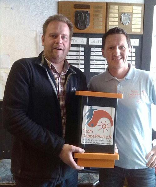 Jörg Schmidt vom DAB Bowling-Center überreicht Kim Häusgen die gut gefüllte Spendenbox