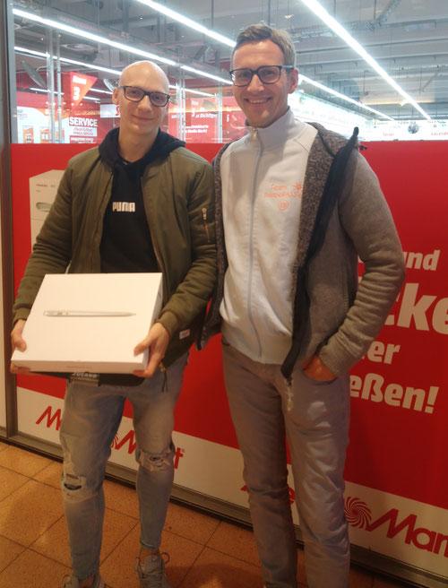 Tim freut sich gemeinsam mit DoppelPASSer Eike über sein neues MacBook