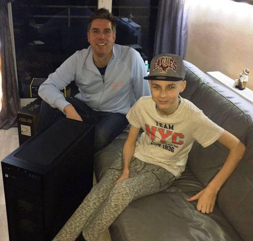 DoppelPASSer Ogo übergibt Matthias seinen Gamer-PC