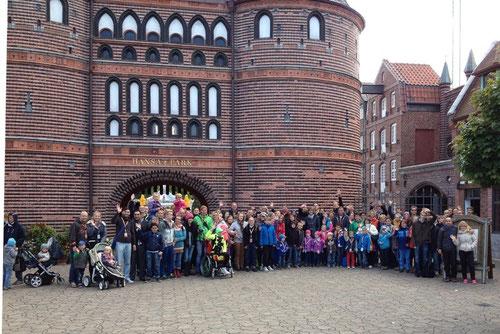 Gruppenfoto vor dem Eingang am Holstentor