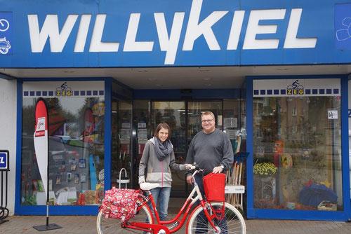 Johanna bekommt ihr Fahrrad von Stefan Kiel, Geschäftsführer von Willy Kiel e.K., übergeben
