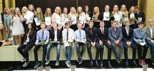 Die 10. Klassen der Gemeinschaftsschule Nortorf spendenten Einnahmen ihres Abschlussballs