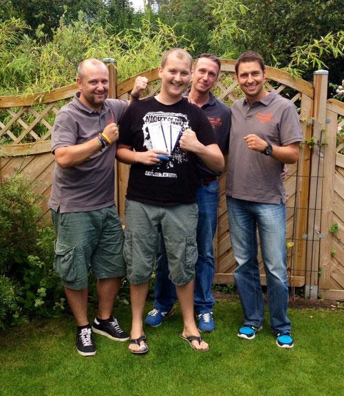 Gerrit freut sich gemeinsam mit Thorben Schütt, Torsten Schulz und Mirko Nitschmann über die V.I.P. Tickets für die Internationale Boxgala in Kiel