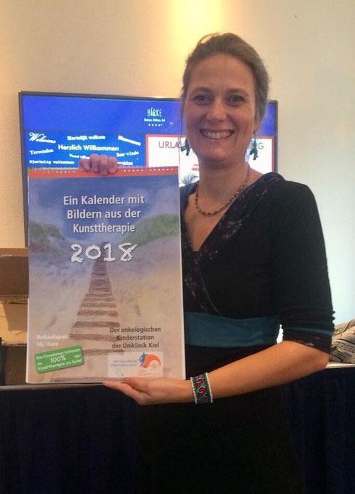 Kunsttherapeutin Susann Lewin mit dem Kalender 2018