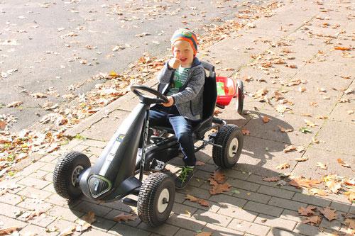 Daumen hoch und mit Vollgas durch das Herbstlaub - Emil mit seinem neuen Kettcar