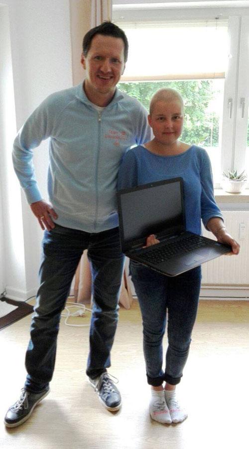 DoppelPASSer Kim übergibt Lena ihr neues Notebook