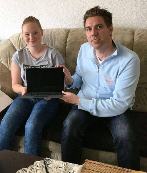 DoppelPASSer Oliver übergibt Karina ihr Notebook