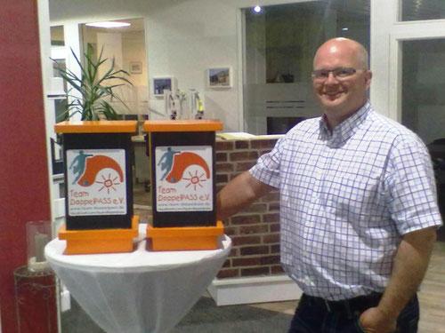 Tobias Böttcher präsentiert die neuen Spendenkästen