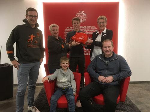 Freudige Gesichter bei den Gewinnern der Preise und den DoppelPASS Unterstützern beim Dämmershopping 2018 in Nortorf