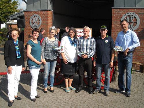 DoppelPASS-Vorstandsmitglied Guido Wieck nimmt die Spende entgegen
