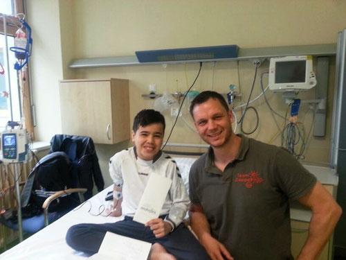 Guido Wieck übergibt Ali die Flugtickets für den Besuch seiner Familie im Irak