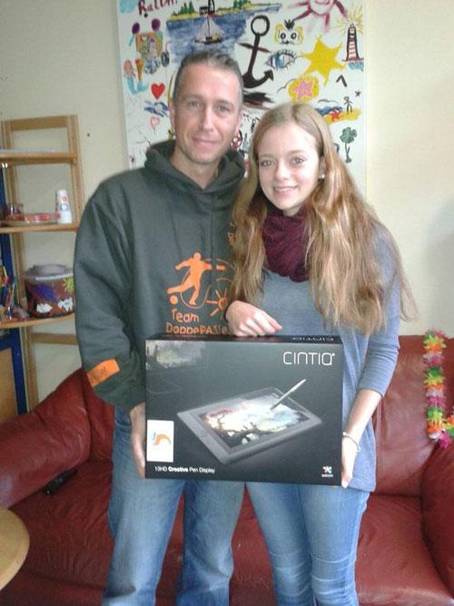 Auf dem Weg zur großen Künstlerin: Luisa mit ihrem Grafiktablett