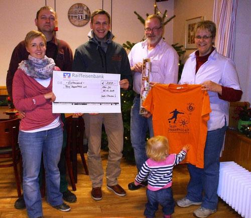 Eike Bruhn (2. v. li.) nimmt den Scheck der Familie Clausen in Empfang