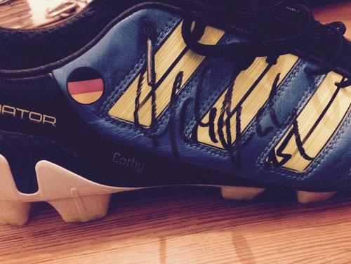 Sicherlich ein Highlight der diesjährigen Versteigerung: Ein handsignierter Fußballschuh von Weltmeister Mats Hummels