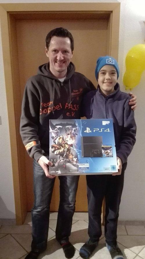 DoppelPASSer Kim Häusgen übergibt Henrik seine PS4