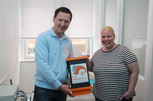 Kim Häusgen nahm stellvertretend für das Team DoppelPASS die Spende von Kirsten Hilberling entgegen