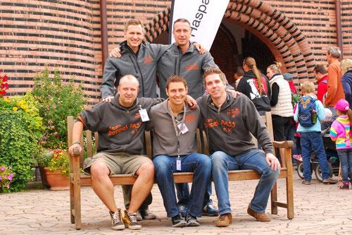 Die DoppelPASS-Offiziellen: Eike Bruhn, Torsten Schulz (stehend, v.l.), Thorben Schütt, Mirko Nitschmann, Oliver Goebel (sitzend, v.l.)