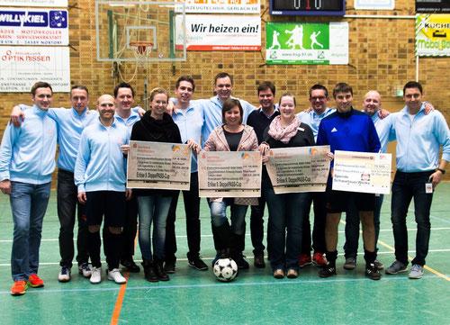 Gruppenfoto inklusive Spendenschecks