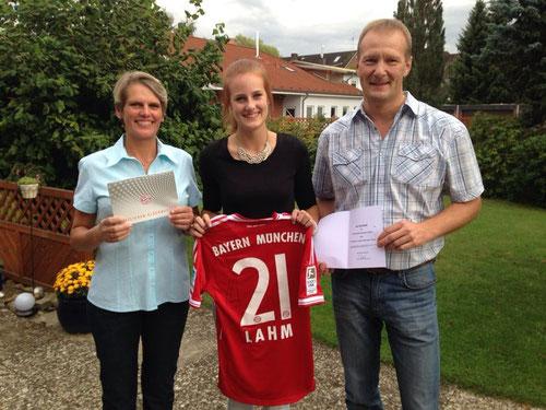 Heike, Jana und Uwe Reimers mit den Tickets und dem Trikot von Philipp Lahm - beides ein Geschenk zum bevorstehenden  18. Geburtstag von Jana