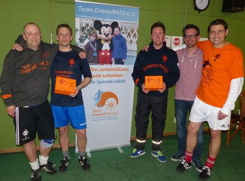 Markus Draeger (2.v.l.) und Frank Peters (3.v.l.) überreichen ihre Spenden an das Team DoppelPASS