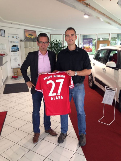 Timo Görlitz übergibt dem Höchstbietenden Marc Bannach das FCB-Trikot von David Alaba