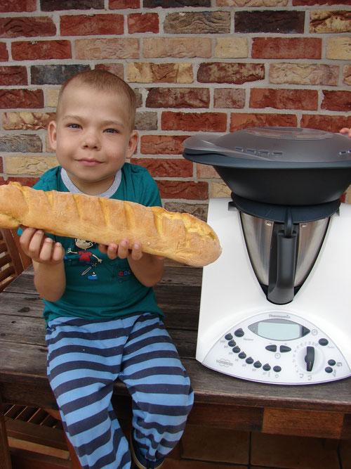 Maxi (7) präsentiert mithilfe des Thermomix gebackenes Brot